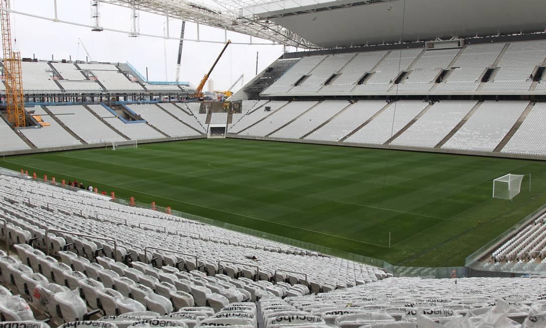 Em São Paulo, o Itaquerão, palco do jogo de abertura da Copa, é um dos que ainda não ficaram totalmente prontos Foto: Marcos Alves / Agência O Globo