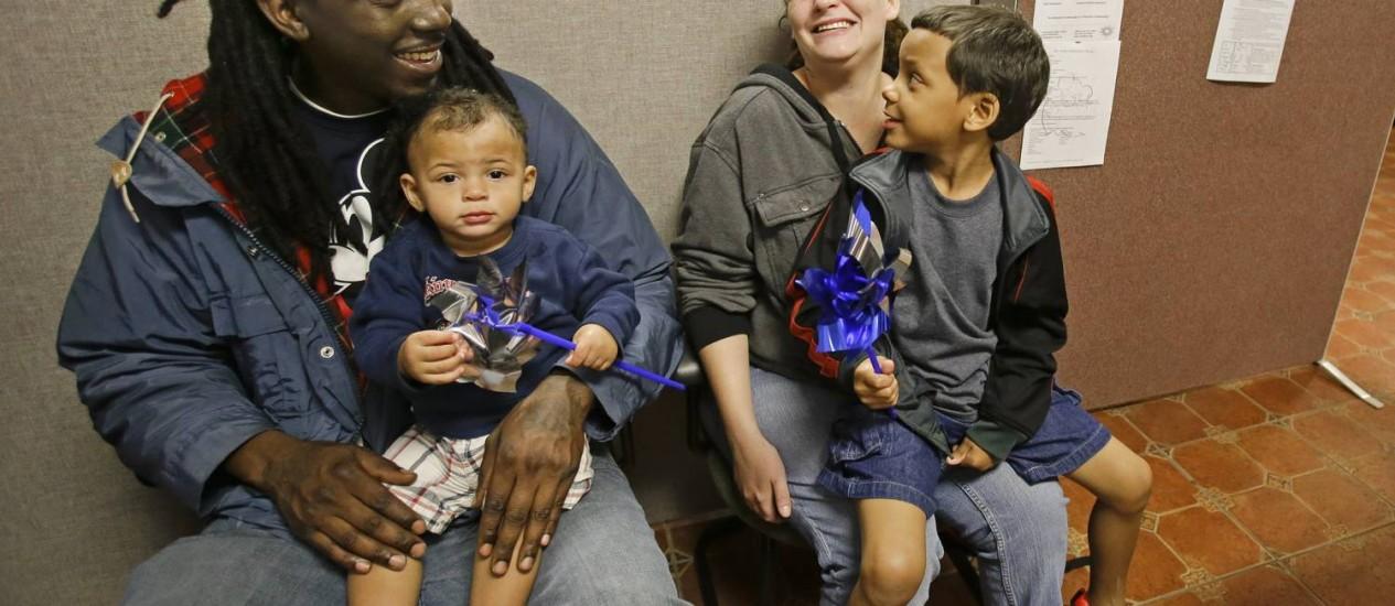 Anthony Johnson e sua mulher, Candice, com Zayden, de 1 ano, e Anthony Jr., de 4, in Kissimmee: morando em hotéis baratos Foto: John Raoux / AP