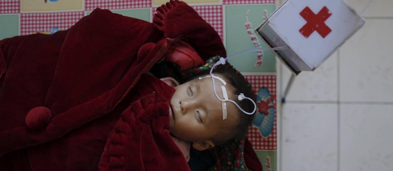 Criança com desnutrição é atendida em um hospital na Coreia do Norte Foto: DAMIR SAGOLJ / REUTERS-30-9-2011