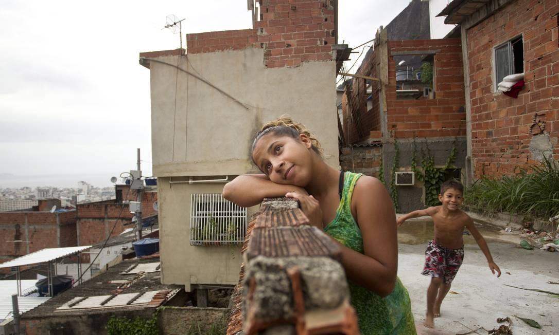 Thalita Souza, de 16 anos, com o irmão mais novo. Eles moram no Tabajaras, em Copacabana Foto: Márcia Foletto / Agência O Globo