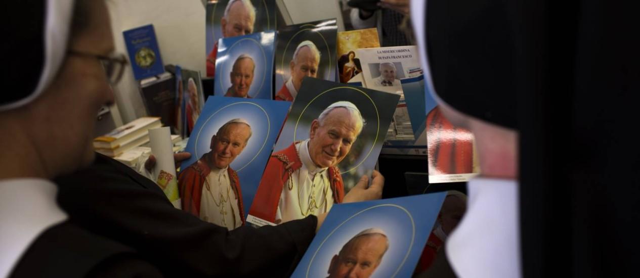 Imagens de João Paulo II também movimentam o comércio em Roma, na Itália Foto: AP Photo/Emilio Morenatti