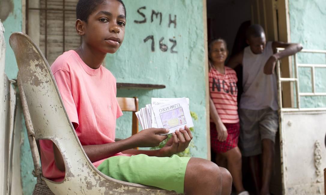 Betinho, de 15 anos, tem ótimo desempenho na escola e já escreveu pequenos livros Foto: Márcia Foletto / Agência O Globo