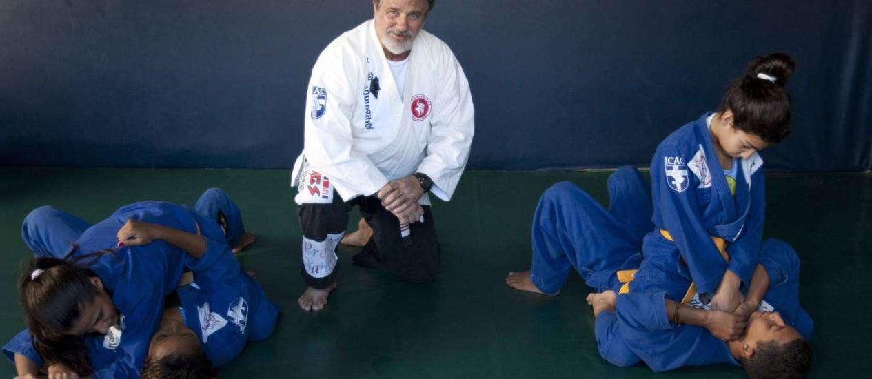 Com foco em disciplina e caráter, Viking ensina Jiu Jitsu para crianças de classes sociais distintas e oferece bolsas gratuitas Foto: Guilherme Leporace/ Agência O Globo