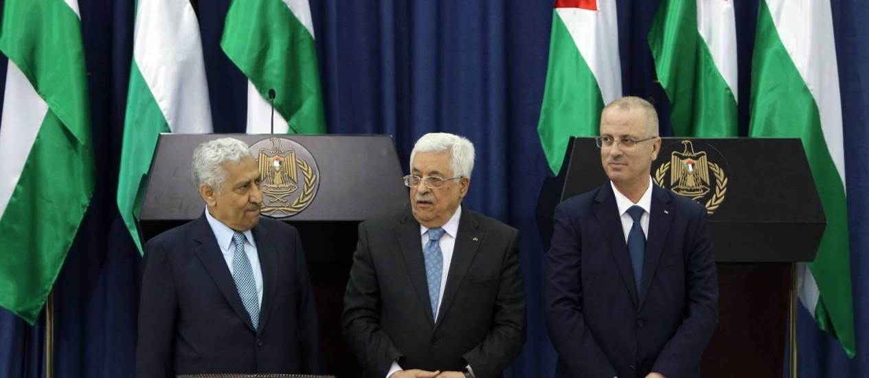 Rami Hamdallah (à direita) na última quarta-feira com Abbas (ao centro) e o primeiro-ministro da Jordânia, Abdullah Nsur Foto: Abbas Momani / AFP