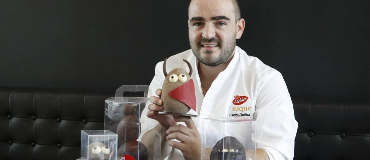 Ovos inusitados. O chef Javier Guillen exibe suas criações para a nova linha de chocolates da Cacau Noir Foto: Eduardo Naddar/ Agência O Globo