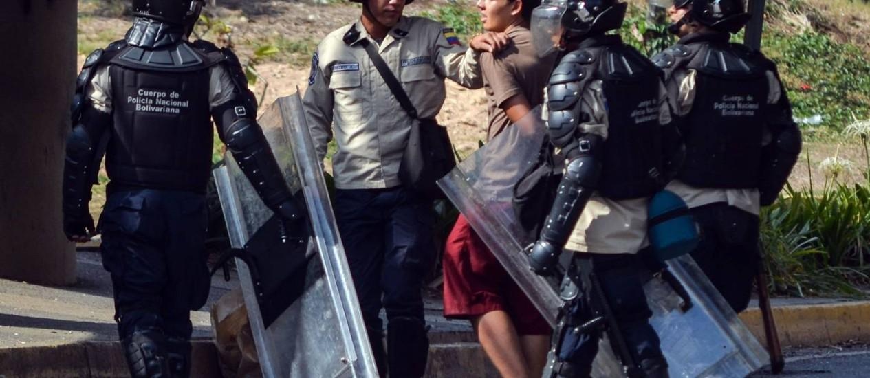 Polícia venezuela prende manifestante: para protestar, agora somente com autorização oficial Foto: Carlos Becerra / AFP