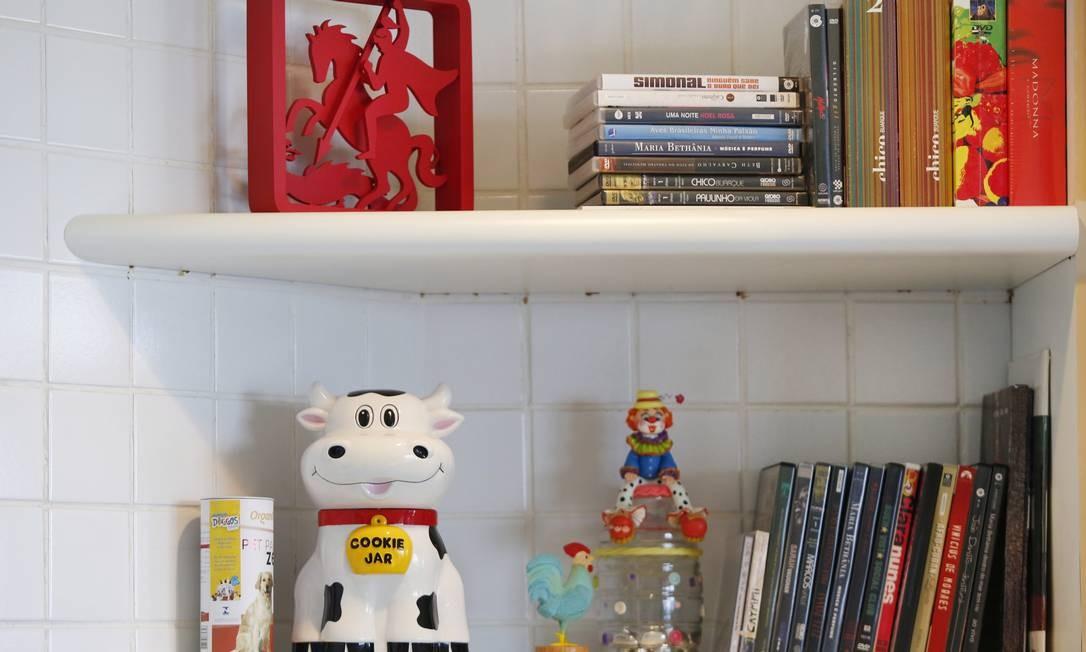 """Na estante da copa, detalhe para a imagem de São Jorge, tema de sua última novela, """"Salve Jorge"""" Foto: Ana Branco"""