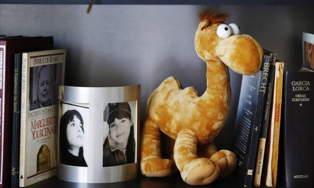 Um camelo de pelúcia enfeita uma das estantes ao lado de fotos de Daniella Perez, filha da atriz morta em 1992 Foto: Ana Branco