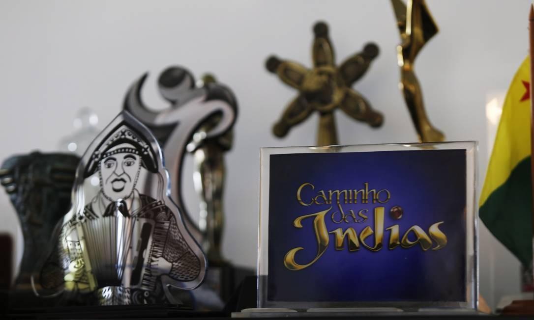 """Os prêmios estão espalhados por toda a parte. Acima, o Emmy para """"Caminho das Índias"""" Foto: Ana Branco"""