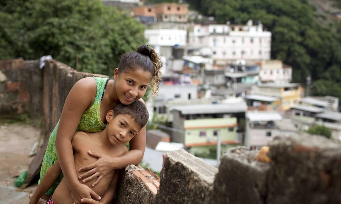 Ela cursa o 1º ano do ensino médio de um colégio estadual e, enquanto só estuda, ajuda a cuidar dos três irmãos, todos mais novos Foto: Márcia Foletto / Agência O Globo