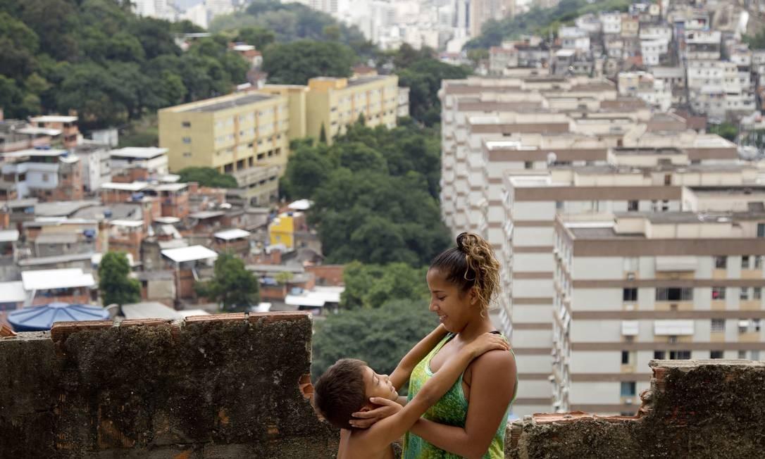 Sua mãe, que trabalha na limpeza de uma creche, estudou até o antigo primário, e diz que a filha deve continuar os estudos Foto: Márcia Foletto / Agência O Globo