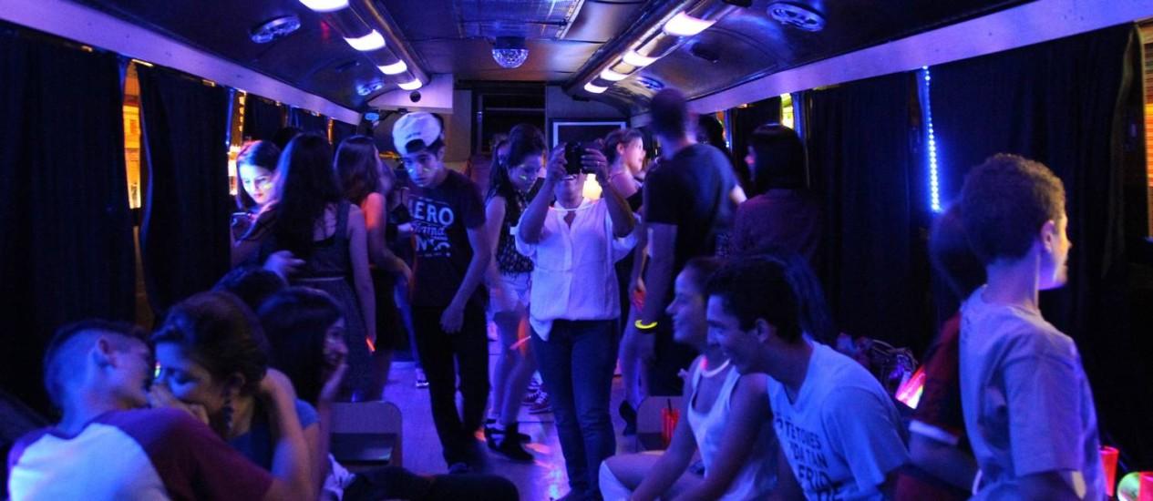 Festa de debutante de Isabela de Souza promovida pela empresa Bus Party nas ruas de São Paulo: R$ R$ 750 a hora, com direito a água, refrigerante, DJ e barman para os convidados Foto: Marcos Alves / Agência O Globo