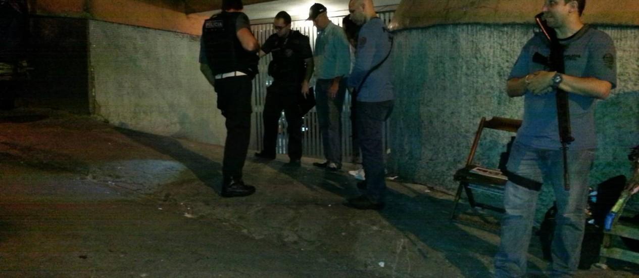 Policiais fazem perícia no local onde Edilson foi atingido por tiro Foto: Elenilce Bottari