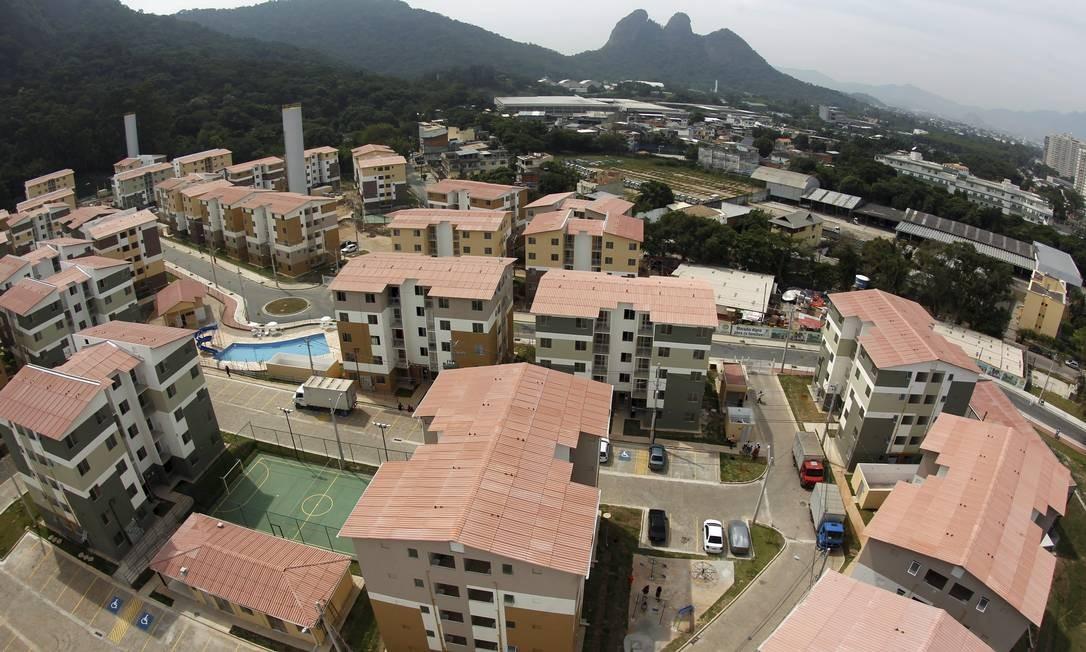 Com 900 unidades distribuídas em prédios de cinco andares e apartamentos de dois e três quartos, o conjunto está sendo divulgado como a menina dos olhos da prefeitura do Rio Foto: Custódio Coimbra / Agência O Globo