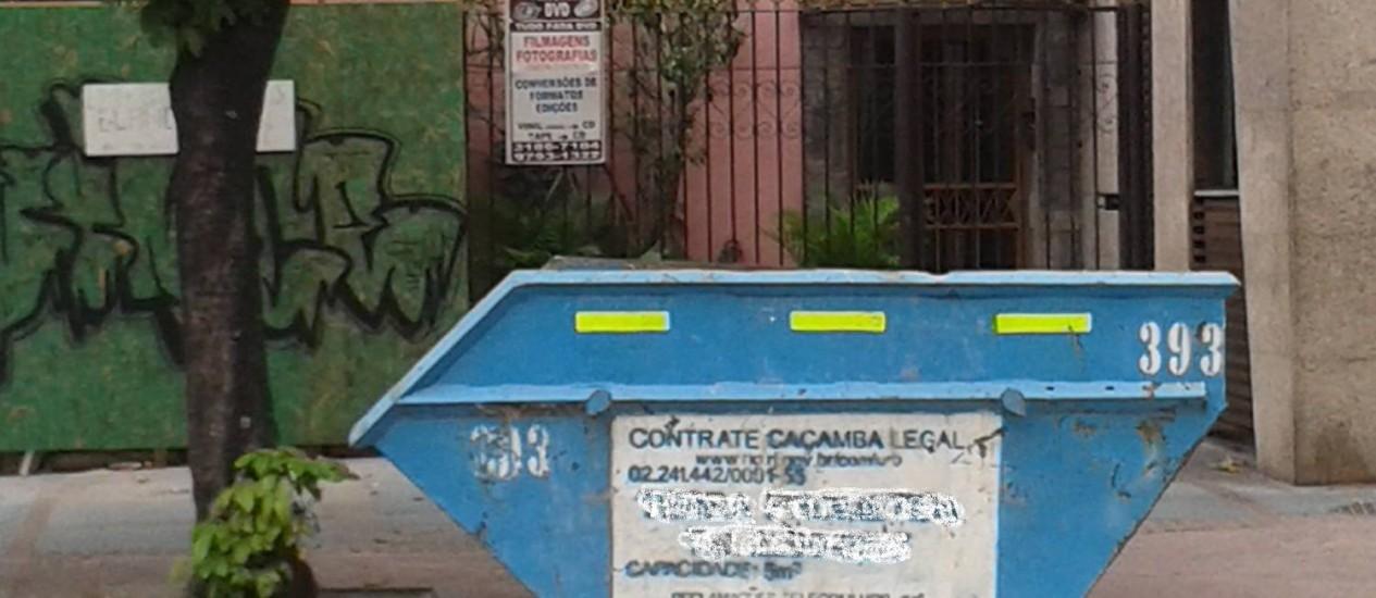 Caçamba é deixada em faixa de pedestre da Rua Tavares Lira - Foto: Leitor Rufino Martins / Eu-Repórter