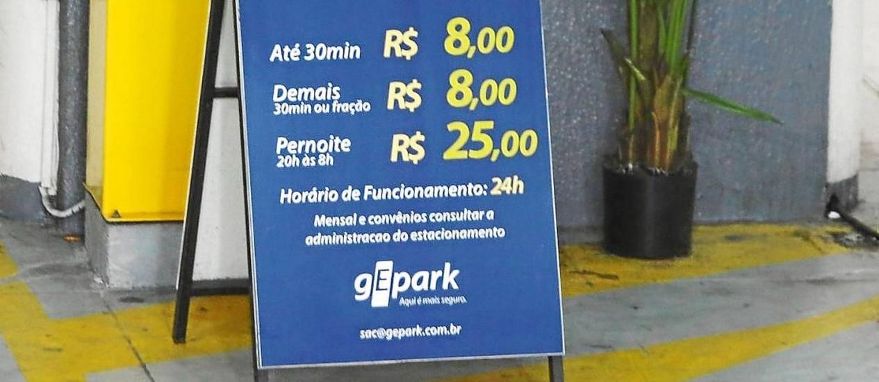 Na Rua Coronel Moreira César, o Tiffany Business Center cobra R$ 16 por uma hora de estacionamento Foto: Felipe Hanower / Felipe Hanower