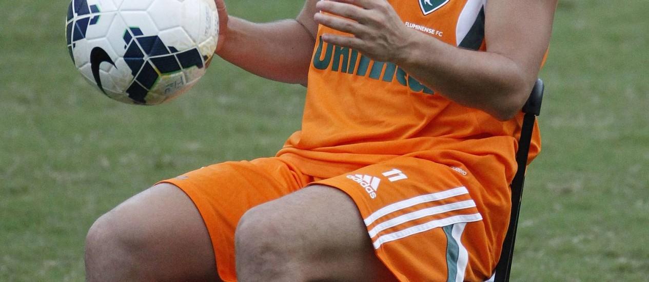 Malabarismo. Sentado, Conca faz embaixadas com a bola no treino do time Foto: Antonio Scorza