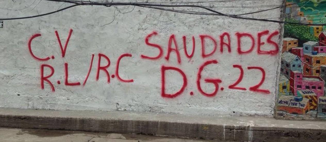 A homenagem a DG no muro faz referência à facção criminosa, mas moradores apagaram o nome da quadrilha nesta sexta-feira Foto: Polícia Civil / Divulgação