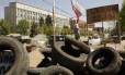 Militantes pró-Rússia colocaram barricadas na frente do prédio onde os mediadores internacionais estariam presos