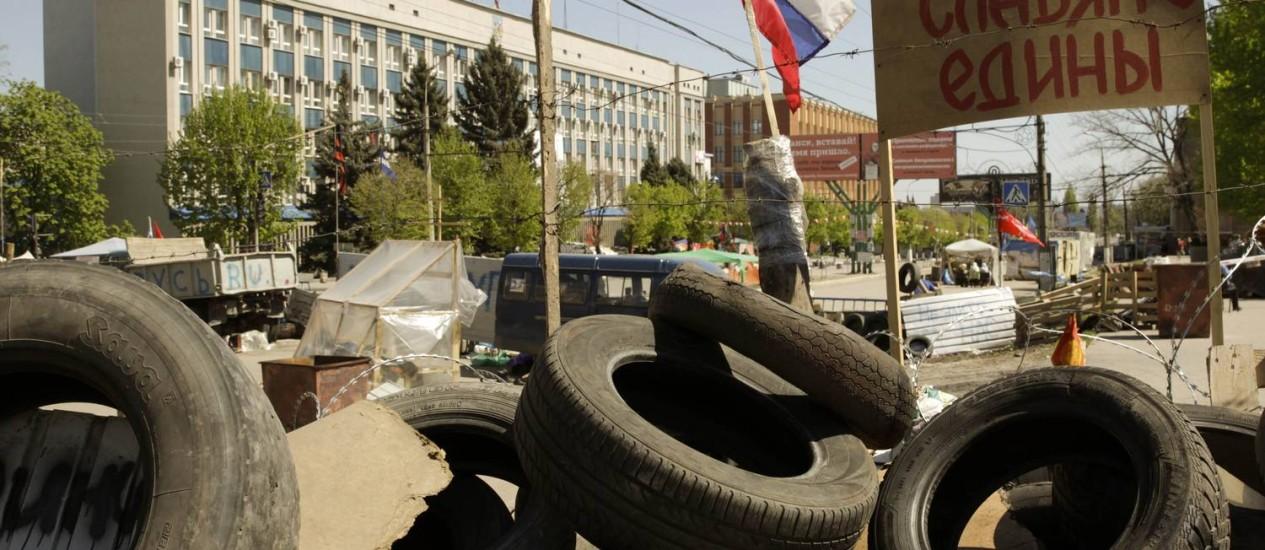 Militantes pró-Rússia colocaram barricadas na frente do prédio onde os mediadores internacionais estariam presos Foto: VASILY FEDOSENKO / REUTERS