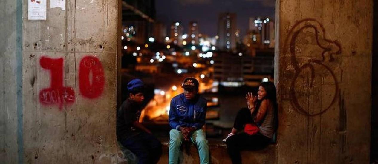 Centro financeiro nunca terminado se tornou moradia de ocupantes e patrulhas de segurança em Caracas Foto: Jorge Silva / Reuters
