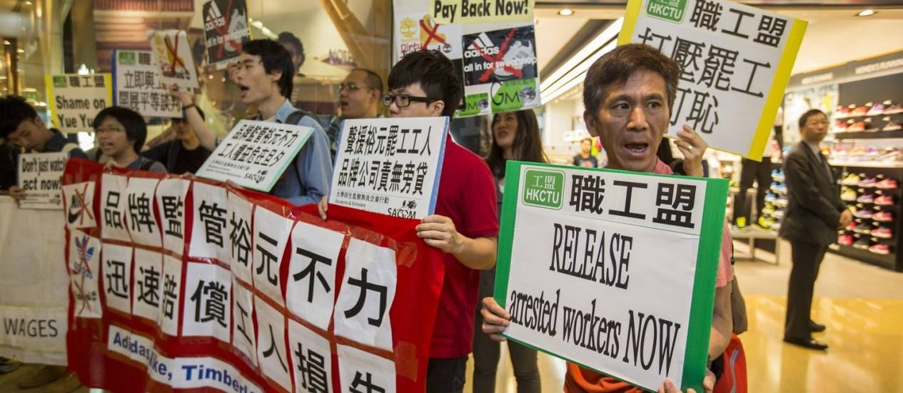 Greve em fábrica de calçados na China: durante toda a semana, trabalhadores protestaram em frente a lojas da Adidas Foto: TYRONE SIU / REUTERS