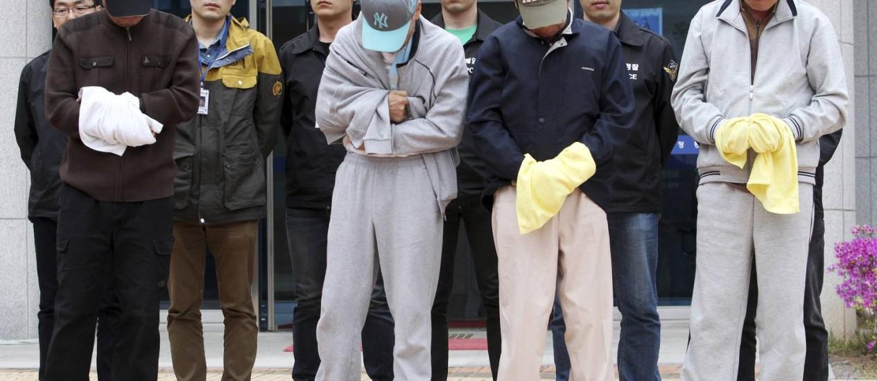 Os quatro tripulantes da barca Sewol, que naufragou no último dia 16, foram presos pela acusação de negligência e omissão de socorro Foto: AP