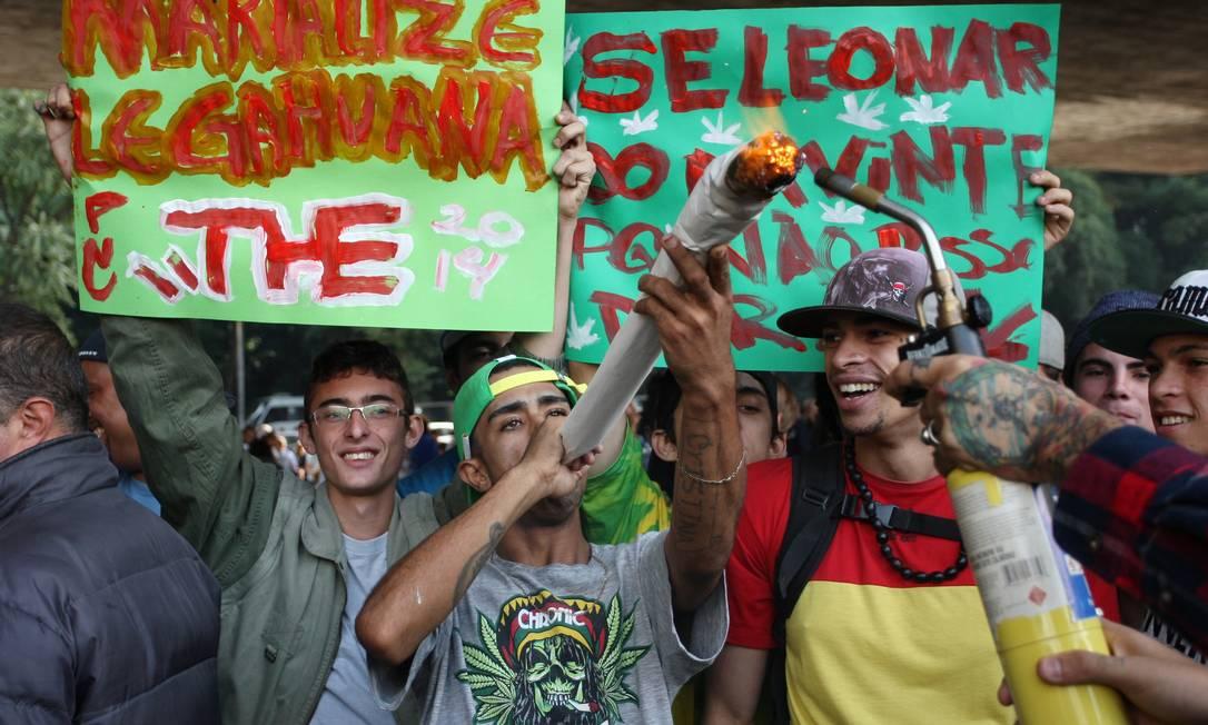 Centenas de pessoas se reúnem no MASP, em São Paulo, para participar da Marcha da Maconha Foto: Michel Filho / Agência O Globo