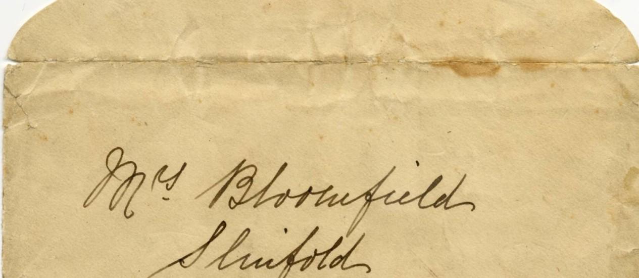 Carta e envelope (na foto) foram vendidos pela Henry Aldridge And Son Autioneers, no Reino Unido Foto: AP