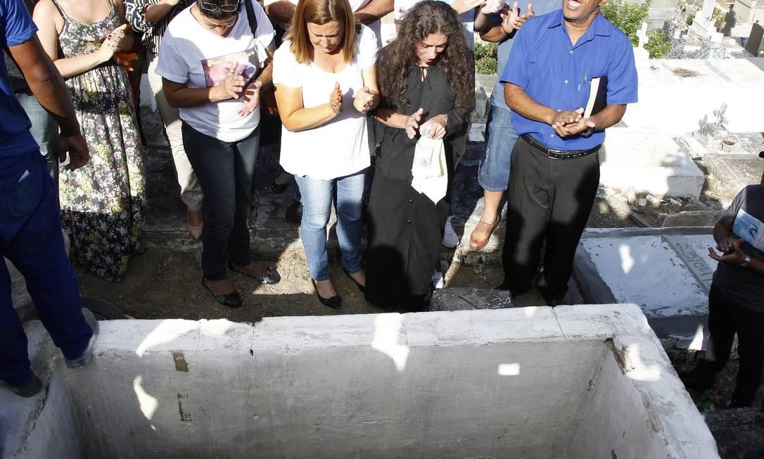A filha de Malhães (de branco) e a viúva (de preto) no enterro de Paulo Malhães Foto: Antonio Scorza