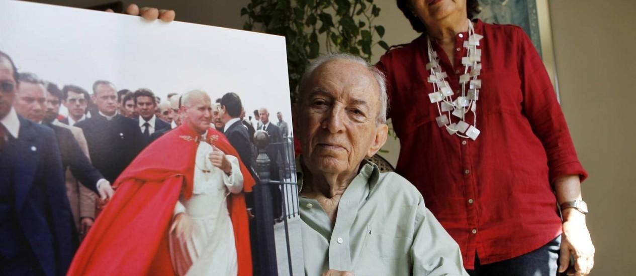 Devotos de João Paulo II, Jorge Semenovitch e sua esposa Léa mostram poster feito de uma foto do papa tirada em 1980, no Rio Foto: Gustavo Miranda