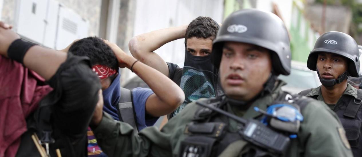 Guarda nacional venezuelana detêm manifestantes em Caracas. Protestos contra o governo levaram quase 3 mil pessoas às ruas, e se espalharam por várias cidades do país Foto: CHRISTIAN VERON / REUTERS