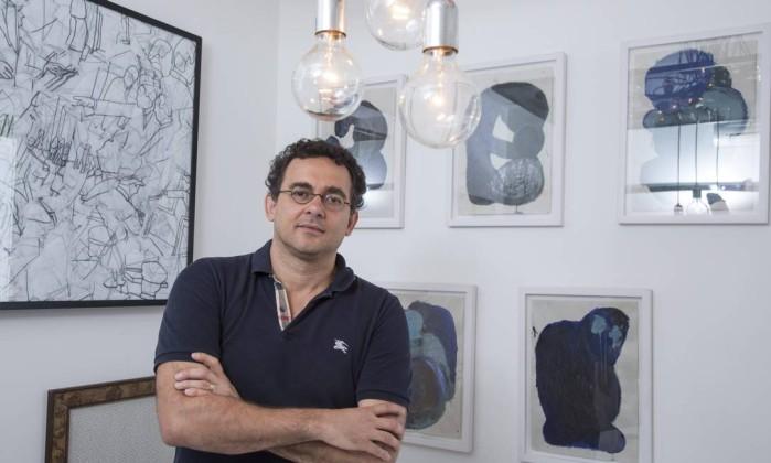Maneco Quinderé está otimista com sua nova produção: luminárias Foto: Daniela Dacorso / Agência O Globo