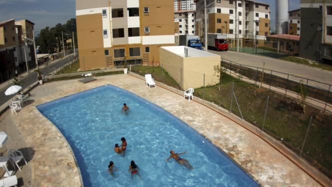 A piscina é uma das atrações do condomínio, que ainda dispõe de toboágua e academia para idosos Foto: Custódio Coimbra / Agência O Globo