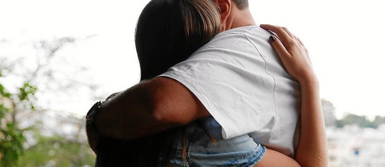 A jovem Y. recebe o abraço do pai, que virou alicerce da família na busca por justiça, após o crime sexual Foto: Alexandre Cassiano / Agência O Globo