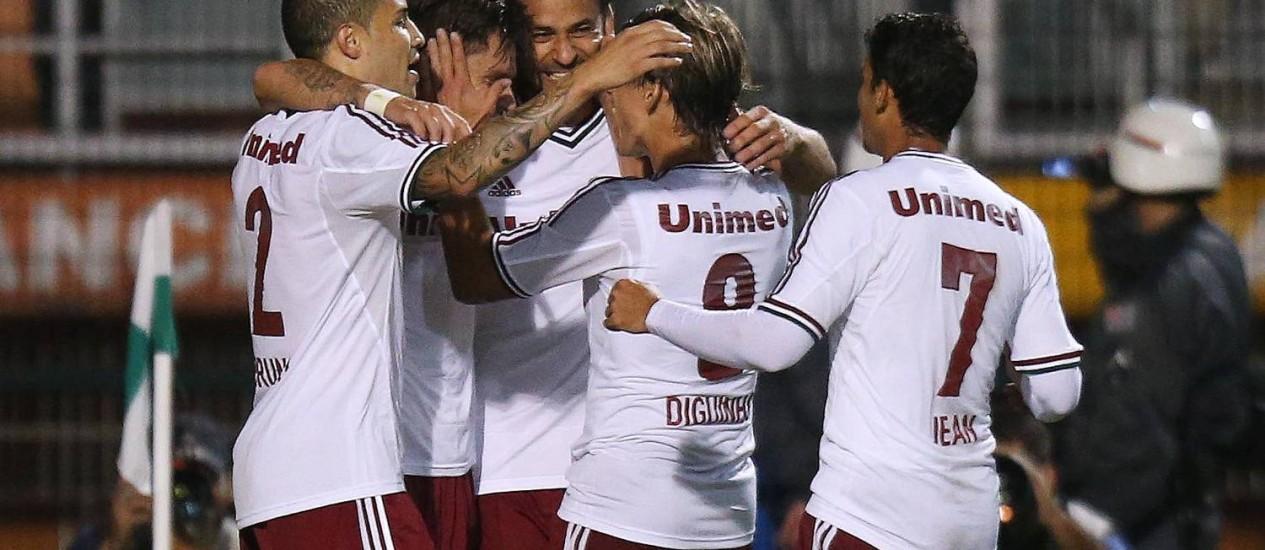 Sobis é abraçado por Bruno, Fred e Diguinho, após abrir o placar para o Fluminense contra o Palmeiras Foto: Photocamera / Divulgação