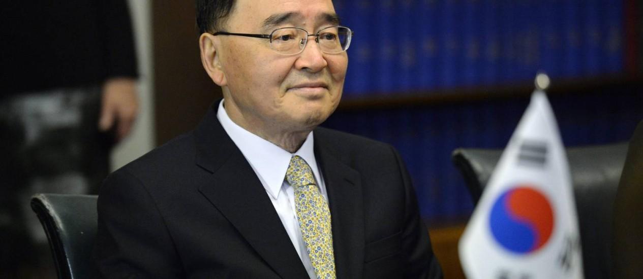 Chung Hong-won. 'Não quero ser um fardo para o governo', afirmou primeiro-ministro, que pediu demissão após ser hostilizado por familiares de vítimas do naufrágio Foto: LEHTIKUVA / REUTERS