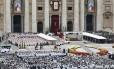 A Praça de São Pedro lotada de fiéis que vieram para Roma para assistir a cerimônia de canonização dos Papas João Paulo II e João XXIII