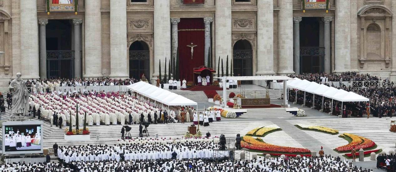 A Praça de São Pedro lotada de fiéis que vieram para Roma para assistir a cerimônia de canonização dos Papas João Paulo II e João XXIII Foto: STEFANO RELLANDINI / REUTERS