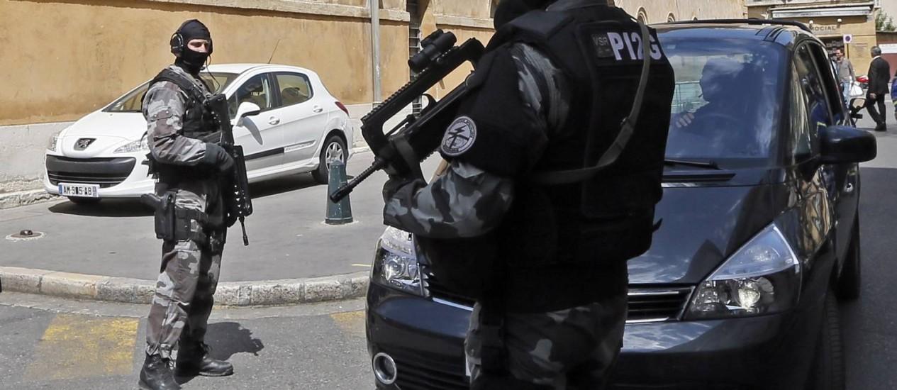 Forças de segurança francesas escoltam a transferência de Antonio Lo Russo, da máfia napolitana, preso em Nice e considerado um dos criminosos mais procurados da Itália Foto: Jean-Paul Pelissier / Reuters