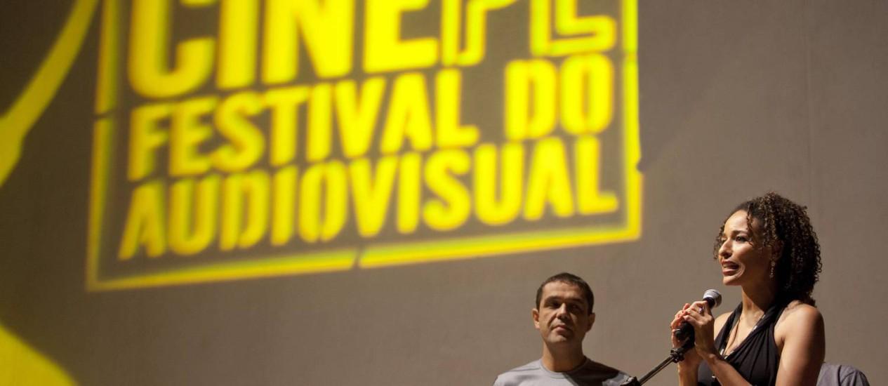 A diretora Brenda Lígia apresenta seu filme 'Rabutaia' no Cine PE Foto: Daniela Nader / Divulgação