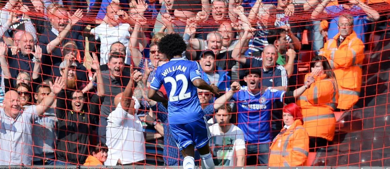 Willian só escora para a rede para marcar o segundo gol do Chelsea sobre o Liverpool em Anfield Road Foto: ANDREW YATES / AFP