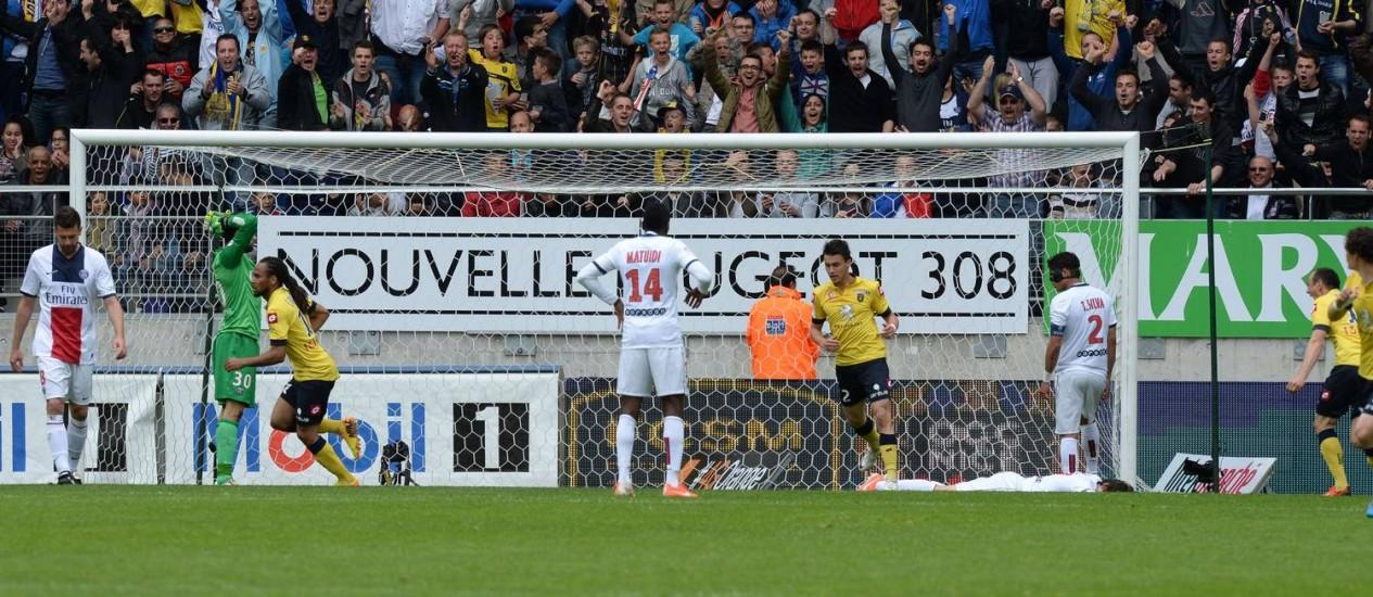 O goleiro Sirigu lamenta e os jogadores do Sochaux comemoram após Thiago Silva (camisa 2) marcar gol contra Foto: PATRICK HERTZOG / AFP