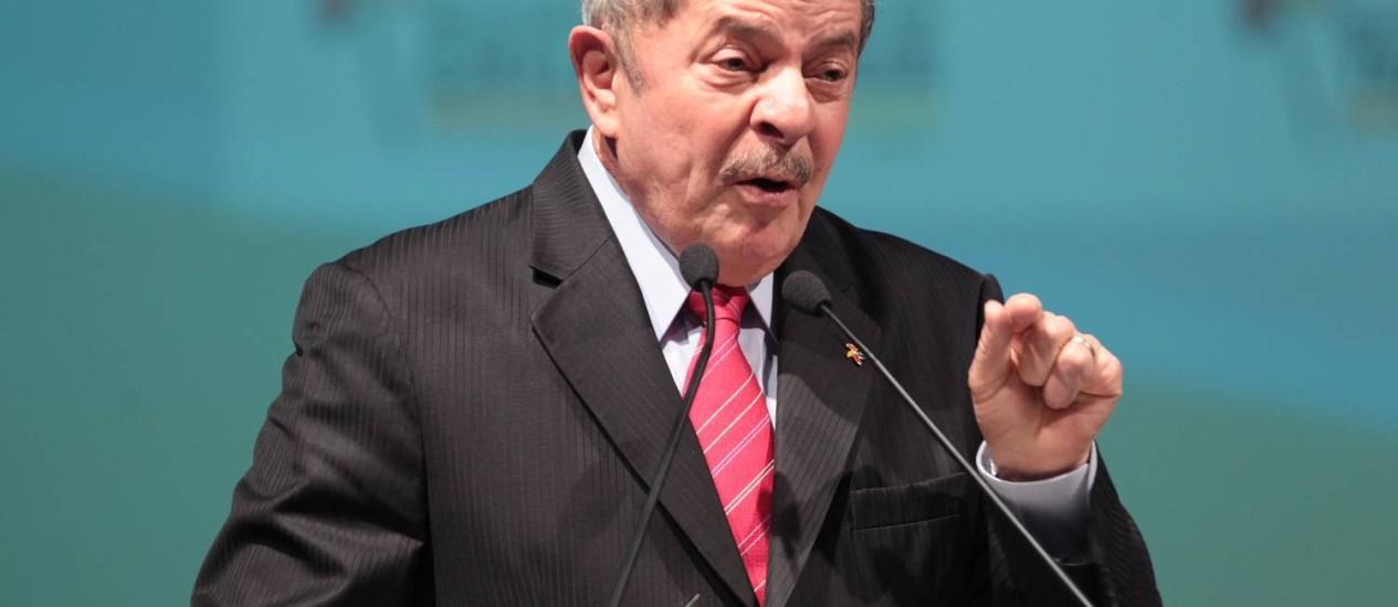 Lula em cerimônia realizada em 2013: ex-presidente foi internado neste sábado com crise de labiritinte, mas passa bem Foto: Arquivo/André Coelho / Agência O Globo
