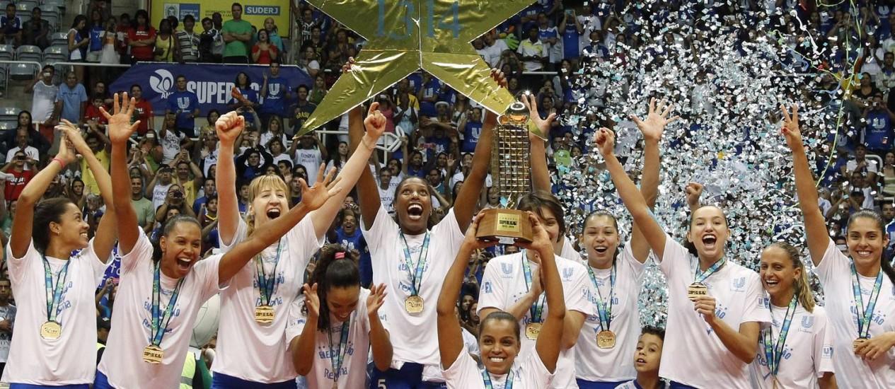 Jogadoras do Rio comemoram o título da Superliga no Maracanãzinho Foto: Agência O Globo