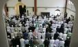 Muçulmanos britânicos rezam em mesquita no Leste de Londres. 40 pessoas já foram presas em 2014 no Reino Unido por crimes ligados a atividades na Síria