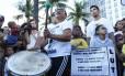 Maria de Fátima, mãe de DG, participa do ato tocando surdo