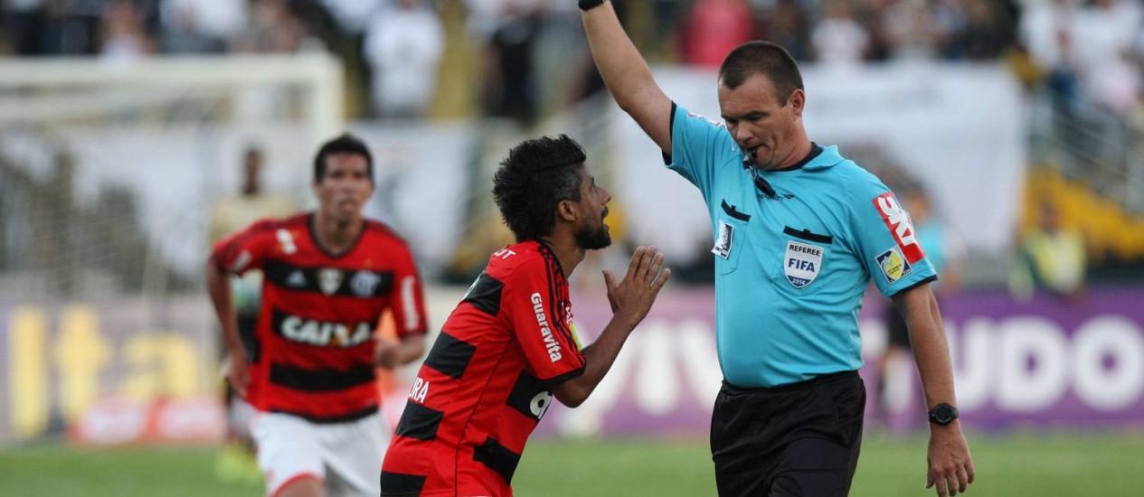 Ainda no primeiro tempo, Léo Moura foi expulso Foto: Michel Filho / Agência O Globo