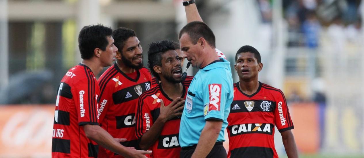 Cáceres, Wallace e Lé Moura reclamam com Leandro Wuaden após a expulsão Foto: Agência O Globo