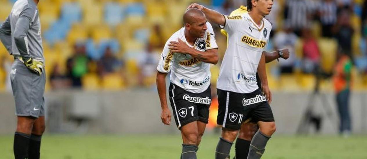 Emerson é cumprimentado por Zeballos logo após fazer o primeiro gol do Botafogo Foto: Alexandre Cassiano / O Globo